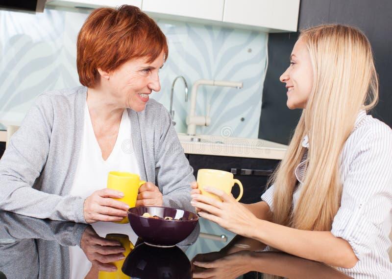 Mulher com a filha na cozinha imagens de stock royalty free