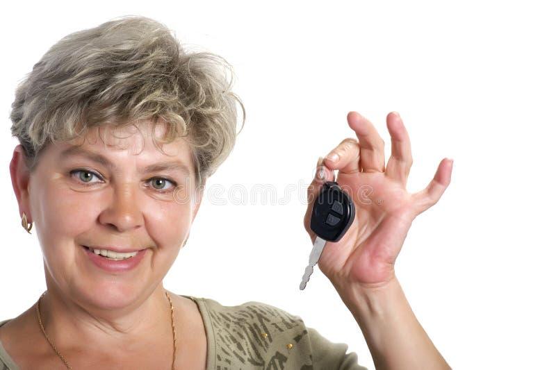 Mulher com fim da chave do carro acima foto de stock