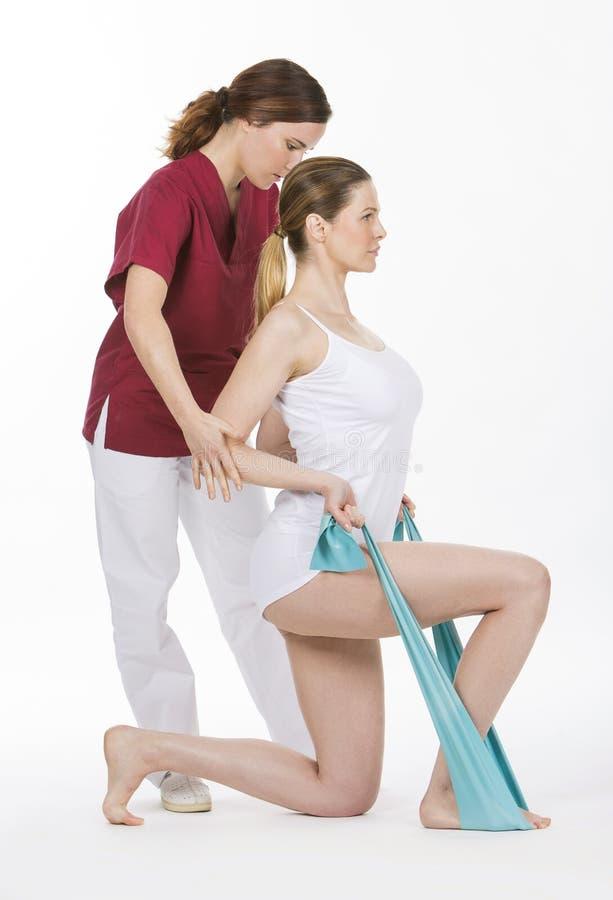 Mulher com fisioterapeuta imagem de stock royalty free