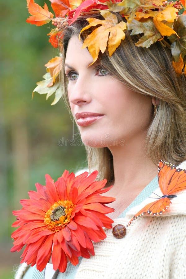Mulher com flor, as folhas da queda, e a borboleta vermelhas imagens de stock royalty free