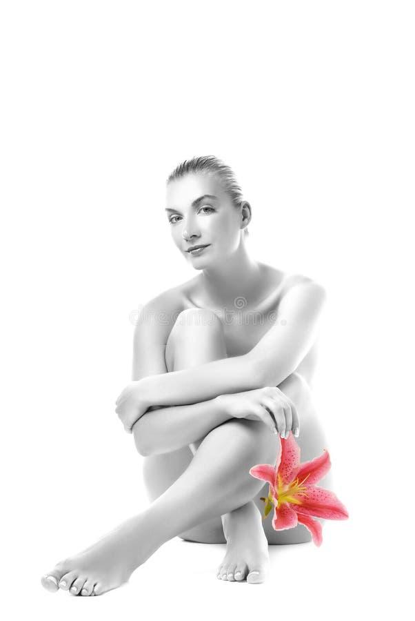 Mulher com a flor cor-de-rosa do lírio fotos de stock royalty free