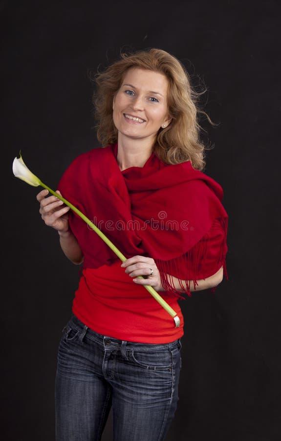Mulher com flor do calla imagens de stock royalty free