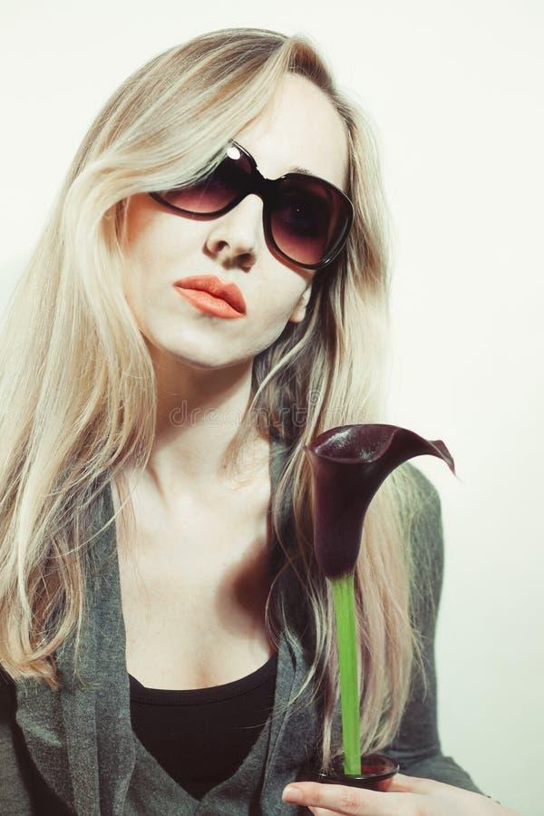 Mulher com a flor do calla preto fotografia de stock royalty free