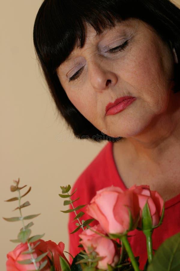 Mulher com flores fotografia de stock royalty free