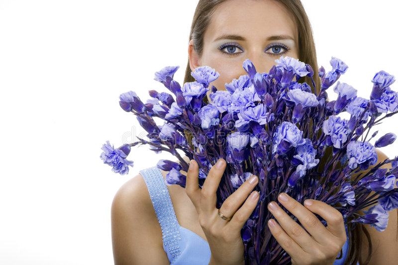 Mulher com flores azuis fotos de stock royalty free