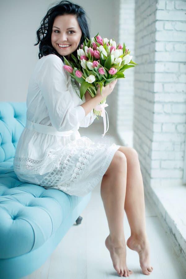 Mulher com flores das tulipas fotos de stock