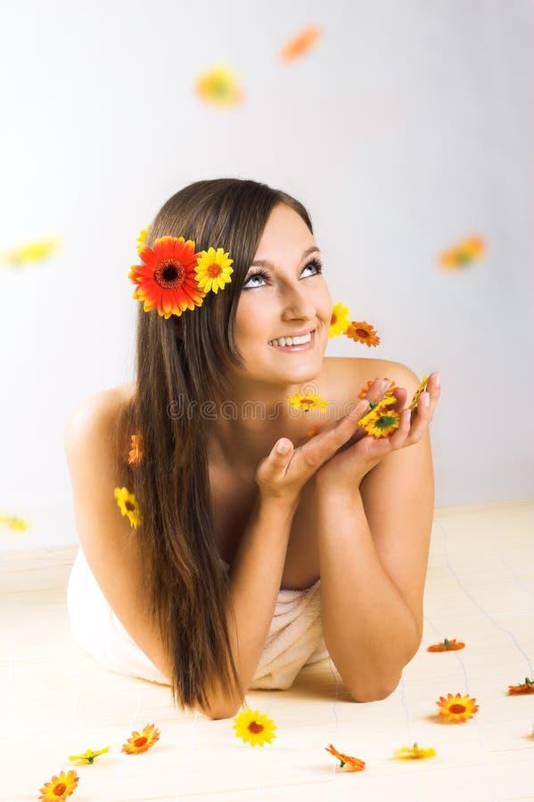 Mulher com flores de queda imagem de stock royalty free
