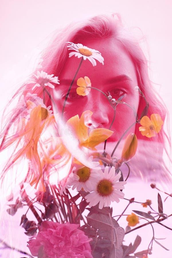 Mulher com flores para dentro, exposição dobro Menina loura na roupa interior no fundo carmesim, olhar misterioso sonhador wildfl imagem de stock royalty free