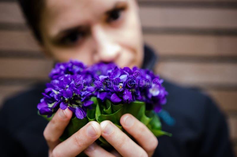 Mulher com flores violetas imagem de stock