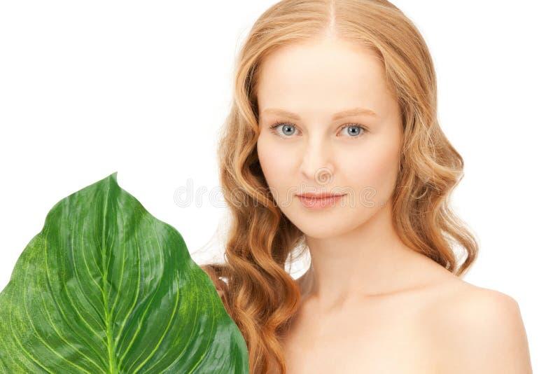 Mulher com folha verde imagem de stock royalty free