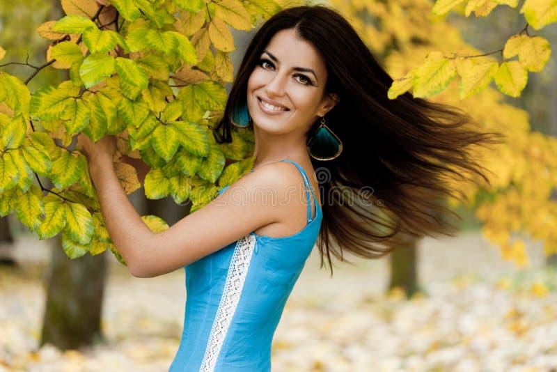 Mulher com folhas amarelas foto de stock