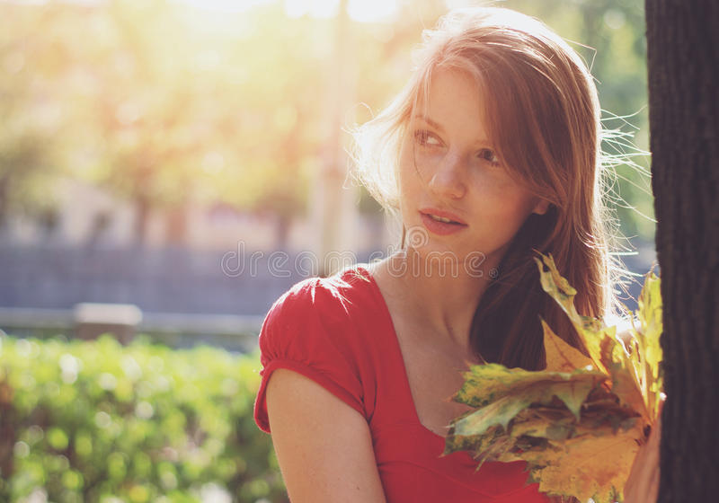 Mulher com folhas amarelas fotos de stock royalty free