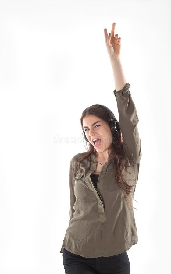 Mulher com fones de ouvido que escuta e que enjoing a música Menina com dança dos fones de ouvido imagens de stock