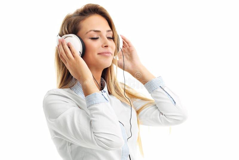 Mulher com fones de ouvido que escuta a música - isolada imagem de stock royalty free