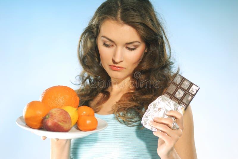 Mulher com fruta e chocolate imagem de stock