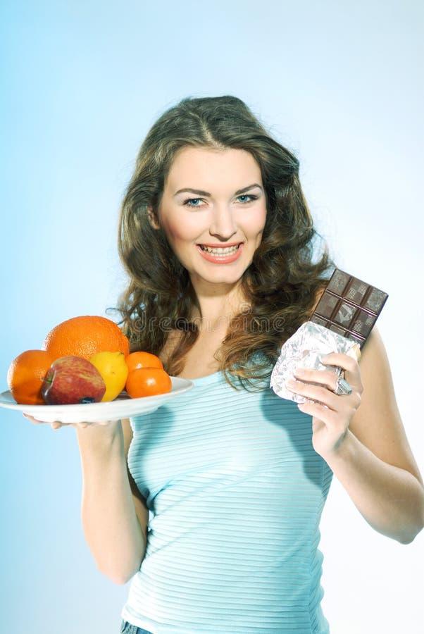 Mulher com fruta e chocolate foto de stock royalty free