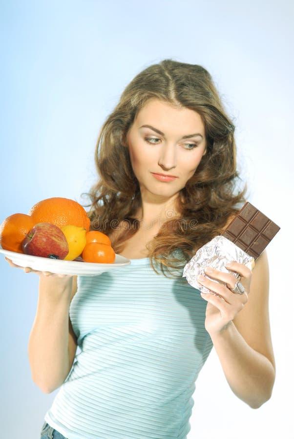 Mulher com fruta e chocolate fotos de stock royalty free