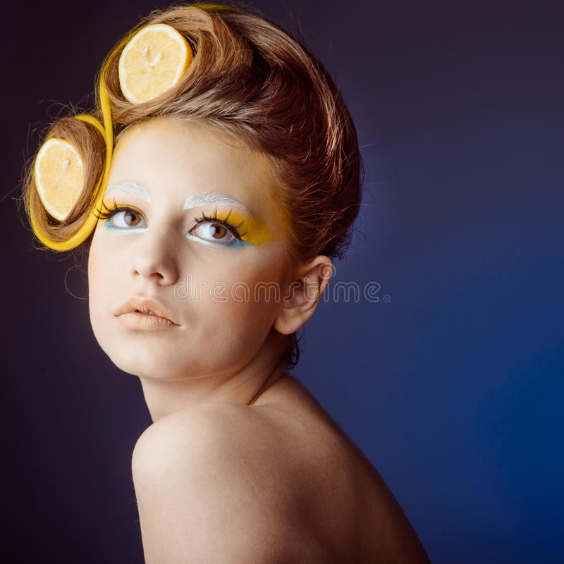 Mulher com fruto no cabelo fotos de stock