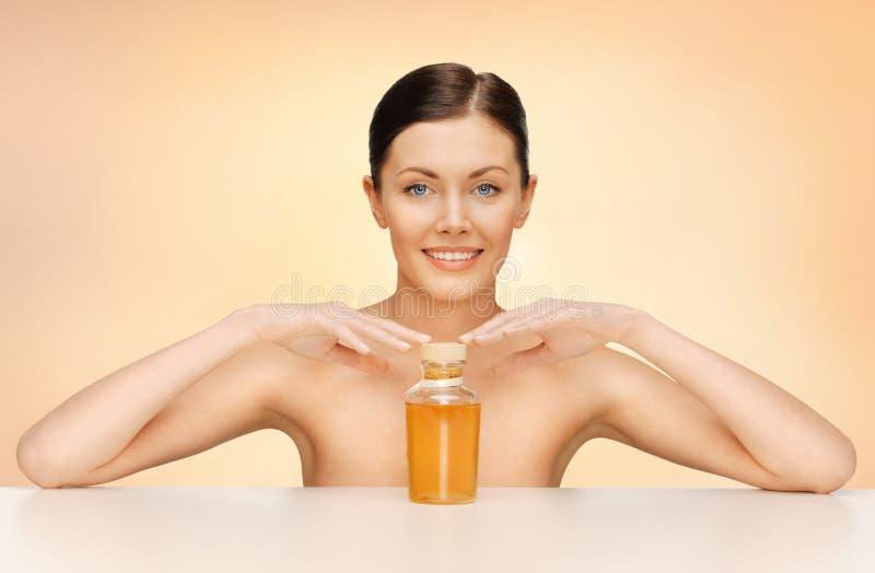 Mulher com garrafa de óleo fotos de stock royalty free