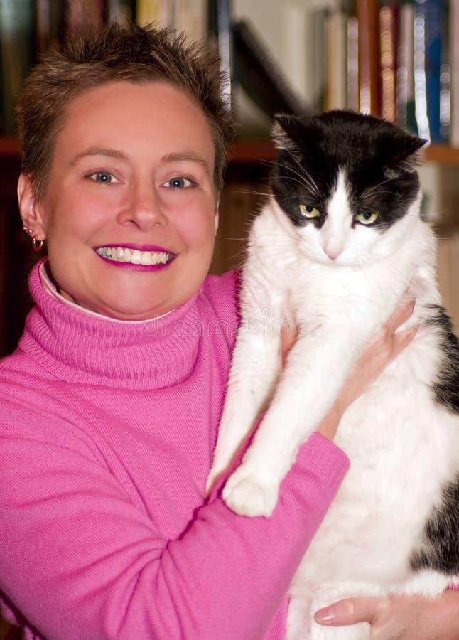 Mulher com gato do animal de estimação imagem de stock