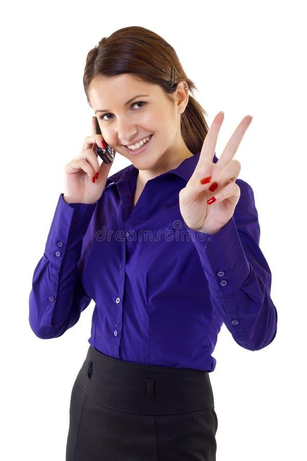 Mulher com gesto da vitória e o telefone móvel imagens de stock