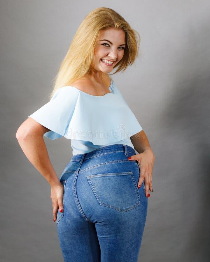 Mulher com grandes quadris fotografia de stock royalty free