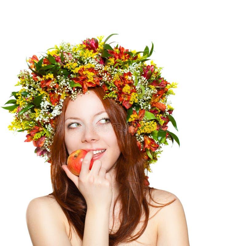 mulher com a grinalda da flor na maçã principal da terra arrendada imagem de stock