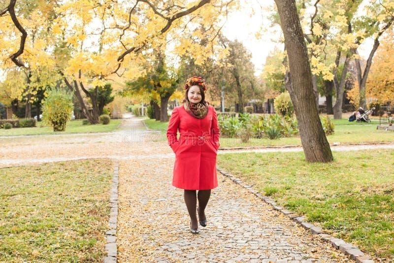 Mulher com grinalda do outono foto de stock