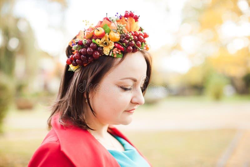 Mulher com grinalda do outono foto de stock royalty free