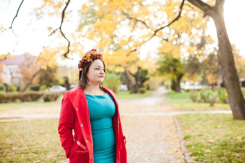 Mulher com grinalda do outono fotos de stock