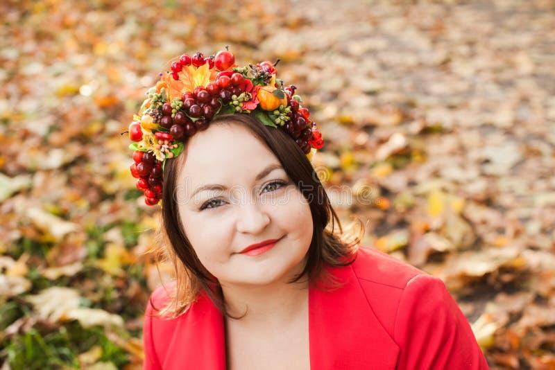 Mulher com grinalda do outono fotos de stock royalty free