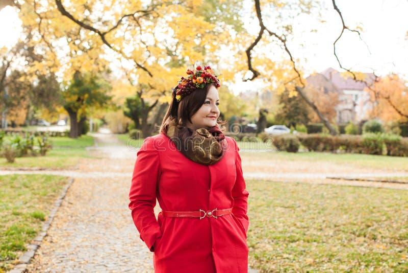 Mulher com grinalda do outono fotografia de stock