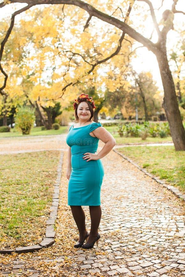 Mulher com grinalda do outono imagem de stock royalty free