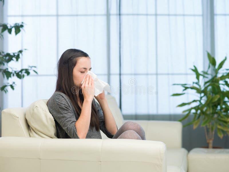 Mulher com gripe imagem de stock royalty free