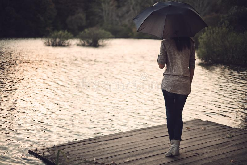 Mulher com guarda-chuva imagem de stock royalty free