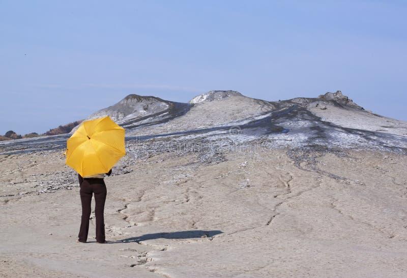 Mulher com guarda-chuva amarelo imagem de stock