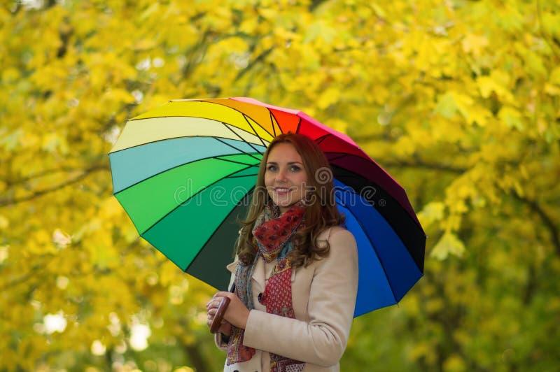 Mulher com guarda-chuva do arco-íris fotografia de stock