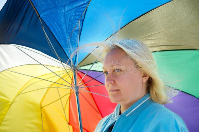 Mulher com guarda-chuva quebrado fotografia de stock royalty free