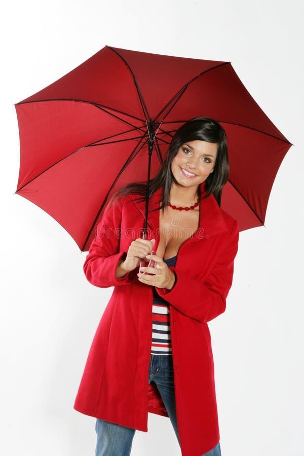 Mulher com guarda-chuva vermelho. imagens de stock royalty free