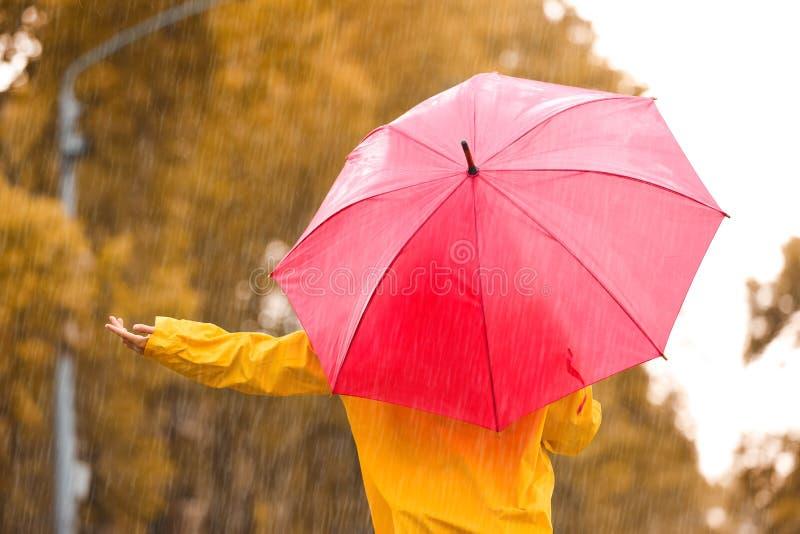 Mulher com guarda-chuva vermelho fora imagens de stock