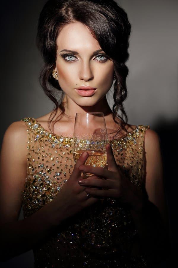 Mulher com guardar o vidro do vinho foto de stock royalty free
