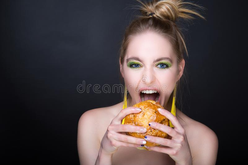 Mulher com Hamburger grande imagem de stock
