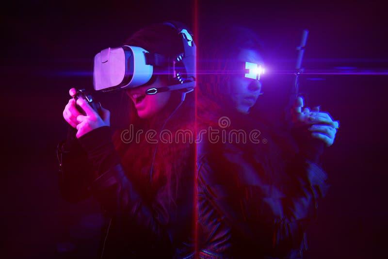 Mulher com headset de realidade virtual e gamepad e seu avatar de jogos virtuais Imagem com efeito de falha fotos de stock