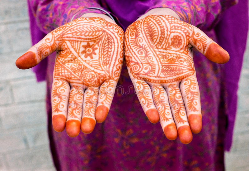 Mulher com Henna Painted Hands foto de stock royalty free