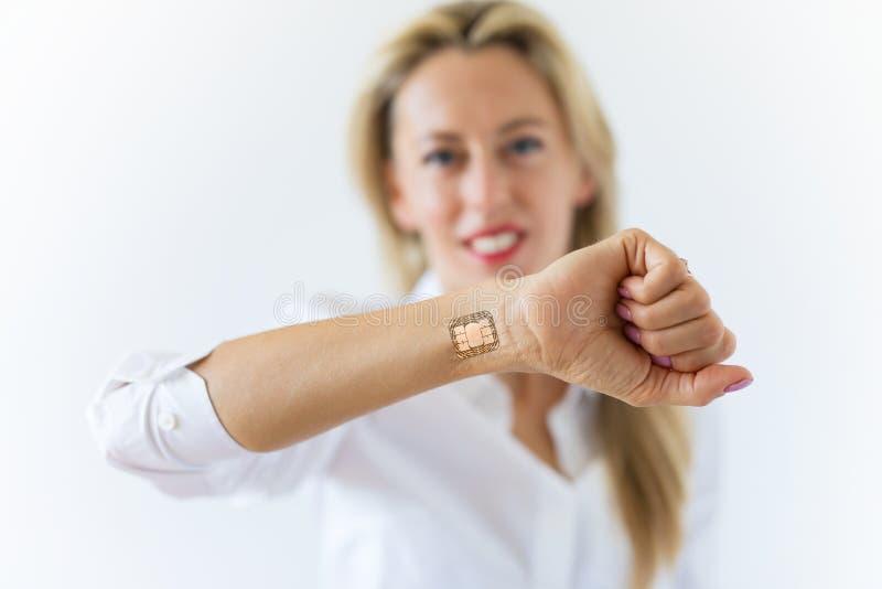 Mulher com implante do chip de computador à disposição imagens de stock
