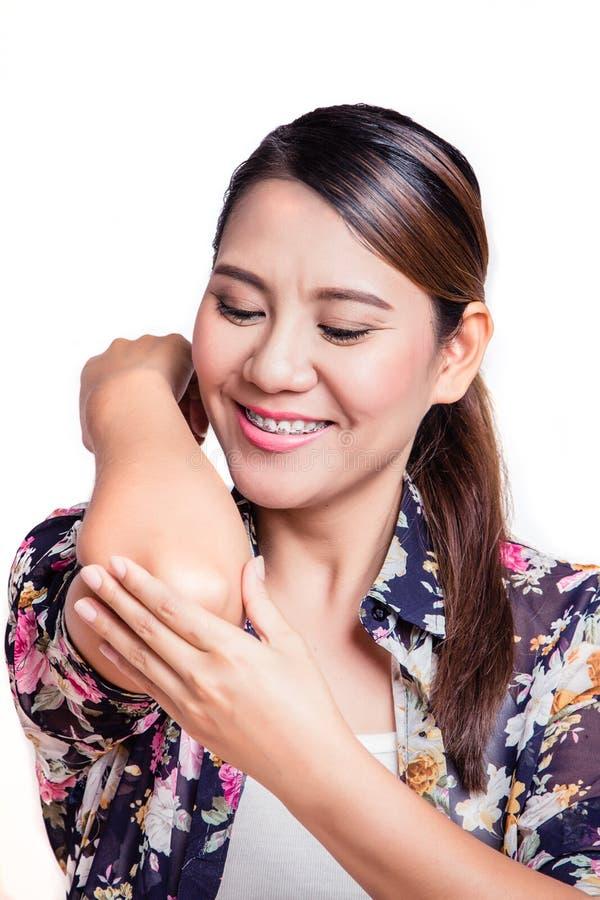 Mulher com inflamação comum O cotovelo da fêmea foto de stock royalty free