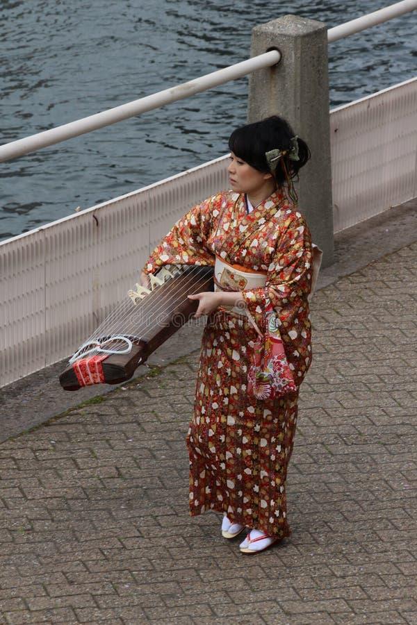 Mulher com instrumento do kato fotos de stock