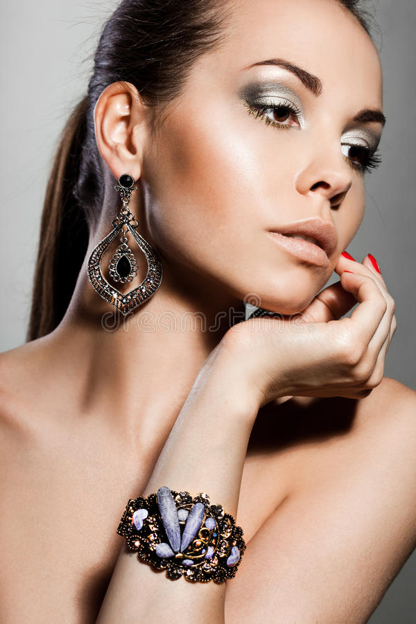 Mulher com jóia de prata fotografia de stock royalty free