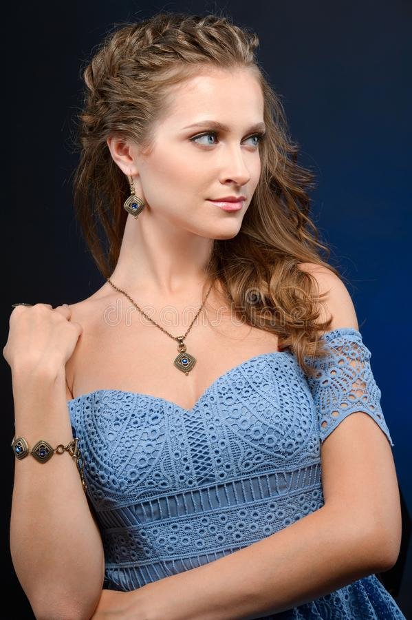Mulher com joia da composição da noite e foto da forma da beleza imagens de stock royalty free