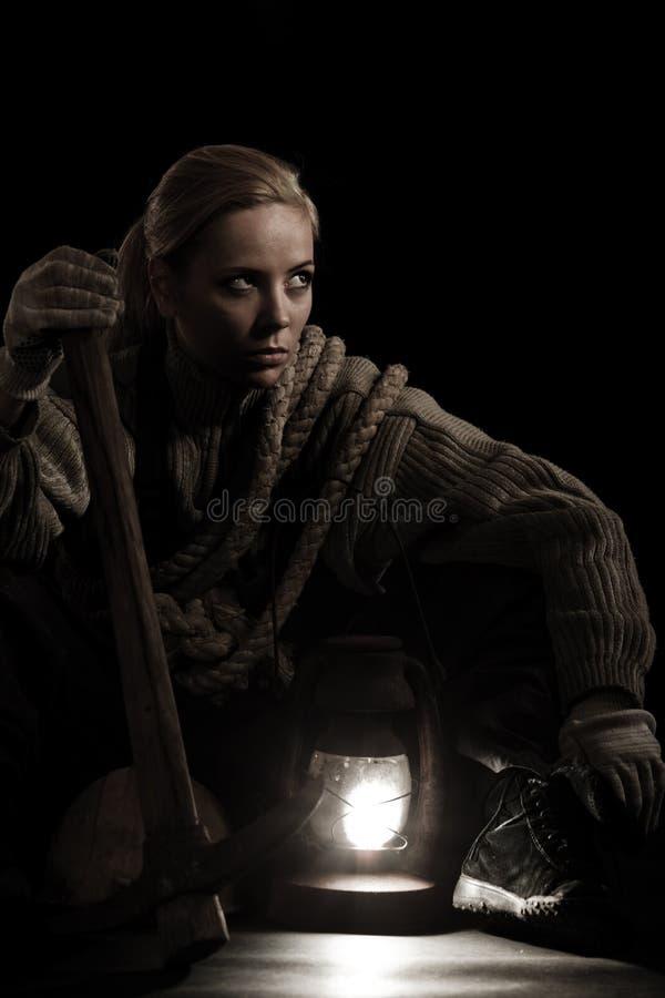 Mulher com a lâmpada da picareta e de petróleo foto de stock